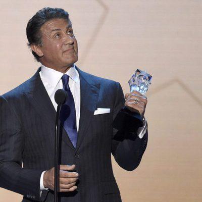 Sylvester Stallone con su premio en los Critics' Choice Awards 2016