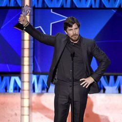 Christian Bale con su premio en los Critics' Choice Awards 2016