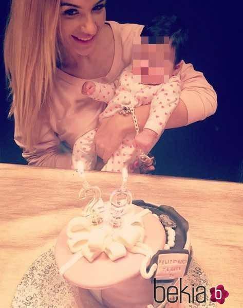 Tamara Gorro soplando las velas de su tarta de 29 cumpleaños con su hija Shaila