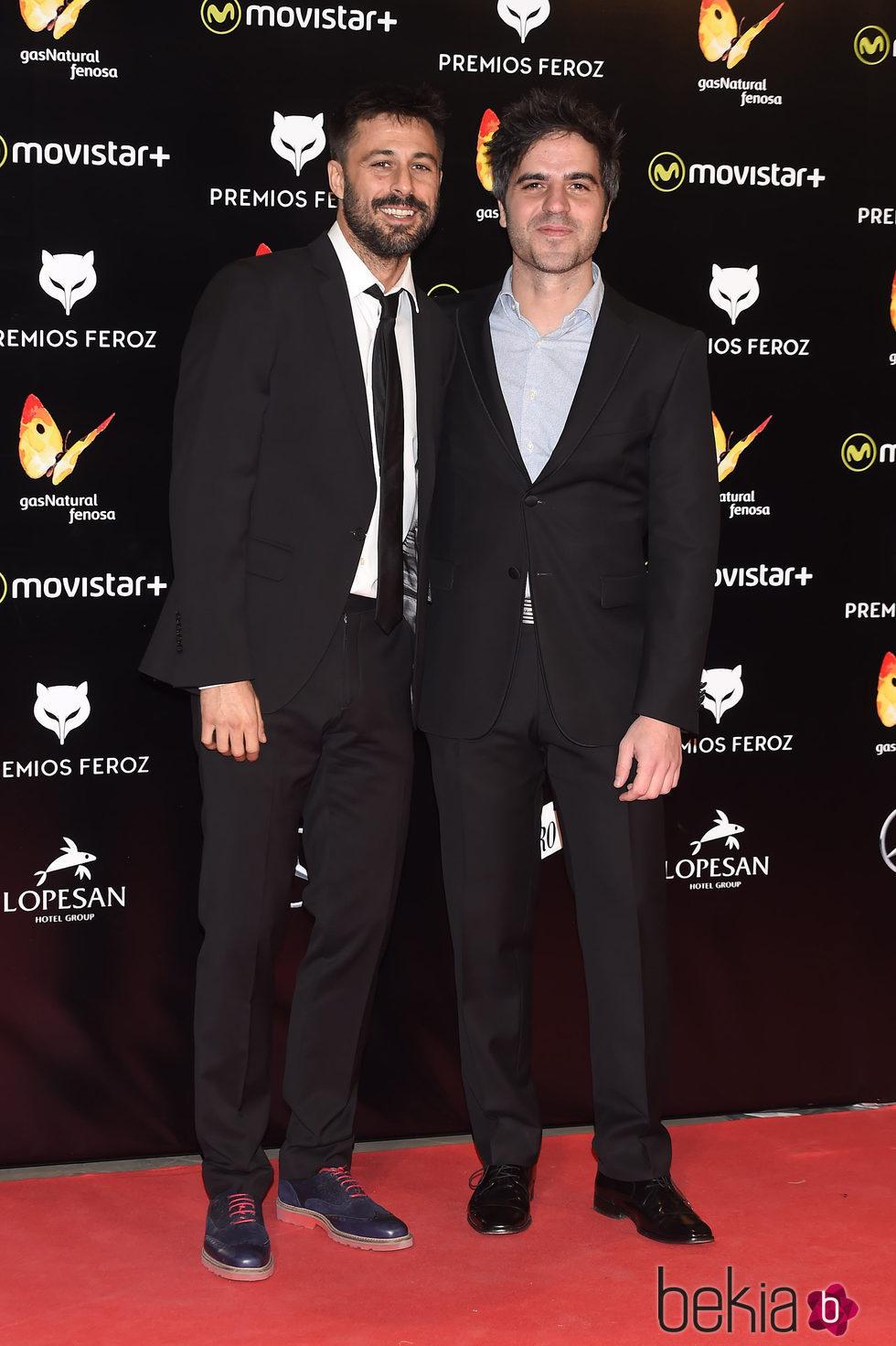 Ernesto Sevilla y Hugo Silva en la alfombra roja de los Premios Feroz 2016