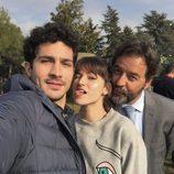 Úrsula Corberó junto a Chino Darín y Abel Folk de la serie 'La Embajada'