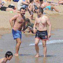 Jorge Javier Vázquez en la playa con un amigo