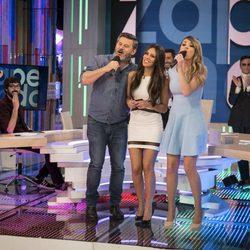 Miki Nadal y Anna Simon cantando una canción a Cristina Pedroche en 'Zapeando'