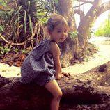 Leonor de Suecia sentada en un tronco en Maldivas