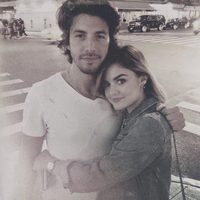 Lucy Hale junto a Anthony Kalabretta