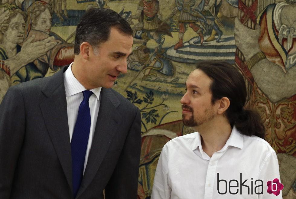 El Rey Felipe habla con Pablo Iglesias en su primera audiencia en La Zarzuela