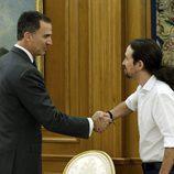 El Rey Felipe y Pablo Iglesias se saludan en La Zarzuela
