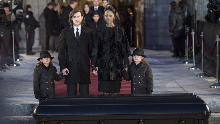 Céline Dion con sus hijos en el funeral de su marido