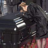 Celine Dion besando el ataúd de su marido
