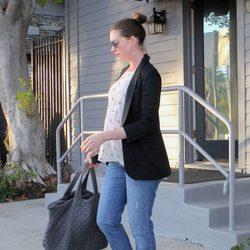 Anne Hathaway, embarazada, saliendo del gimnasio