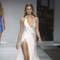 Behati Prinsloo desfilando para Versace en la Semana de la Alta Costura de París primavera/verano 2016