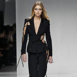 Gigi Hadid desfilando para Versace en la Semana de la Alta Costura de París primavera/verano 2016