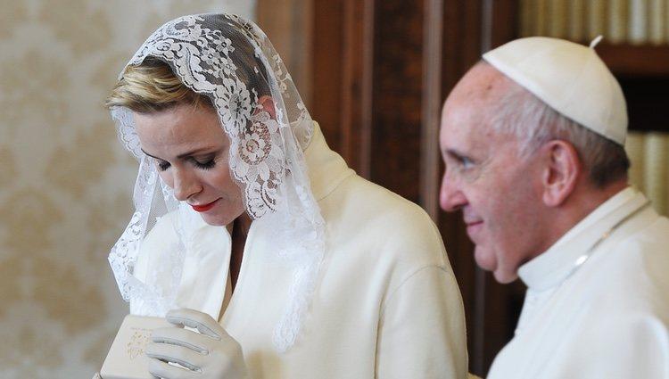 Charlene de Mónaco, muy emocionada en su audiencia con el Papa Francisco
