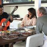 Alejandro Sanz tocando la guitarra a Bertín Osborne y Fabiola Martínez en 'En la tuya o en la mía'