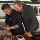 Bertín Osborne y Alejandro Sanz cocinando en 'En la tuya o en la mía'