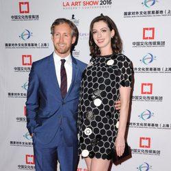 Anne Hathaway con su marido Adam Shulman en The Los Angeles Fine Art Show 2016