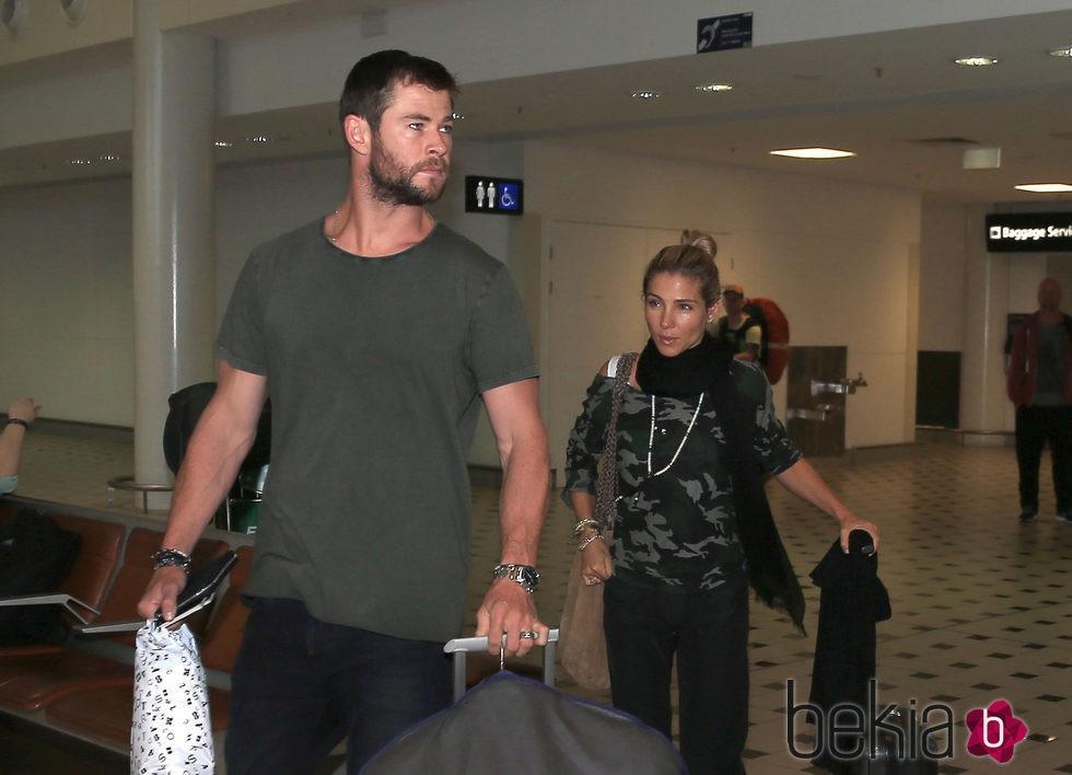 Elsa Pataky y Chris Hemsworth en el aeropuerto de Brisbane