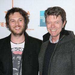 David Bowie y su hijo, Duncan Jones, en la presentación de 'Moon'
