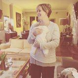 Tania Llasera con su hijo Pepe Bowie en brazos