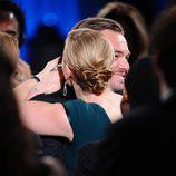 Kate Winslet abraza a Leonardo DiCaprio en los SAG 2016