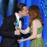 Leonardo DiCaprio besa a Julianne Moore tras recibir su SAG 2016