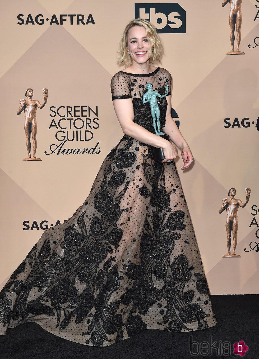 Rachel McAdams con su galardón en los SAG 2016