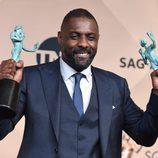 Idris Elba con sus dos Premios del Sindicato de Actores 2016