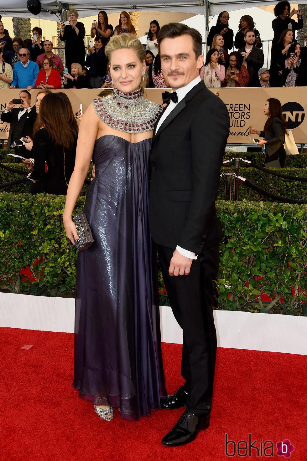 Rupert Friend y Aimee Mullius en la alfombra roja de los SAG 2016