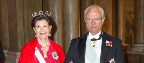 Los Reyes Silvia y Carlos Gustavo de Suecia en una cena de gala en Estocolmo