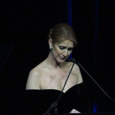 Céline Dion dando un discurso en el homenaje al fallecido René Angélil en Las Vegas