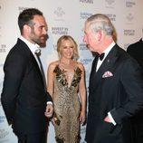 Kylie Minogue presentando a Josh Sasse al Príncipe Carlos en la Gala de los Prince's Trust Awards 2016