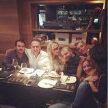 Ylenia comiendo con Aarón Guerrero, Belén Rodríguez y otros amigos