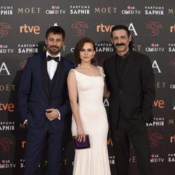 Hugo Silva, Aura Garrido y Nacho Fresnada en la alfombra roja de los Premios Goya 2016