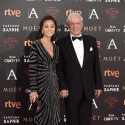 Isabel Preysler y Mario Vargas Llosa en la alfombra roja de los Premios Goya 2016