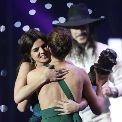 Clara Lago abraza a Irene Escolar en los Premios Goya 2016