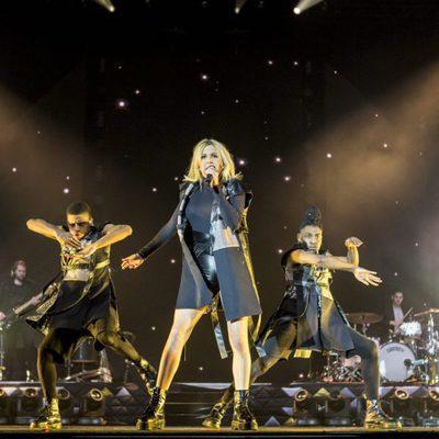 Ellie Goulding con sus bailarines durante su concierto en Barcelona