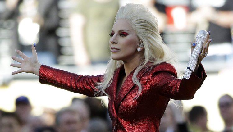 Lady Gaga ovacionada tras interpretar el himno americano en la Super Bowl 2016