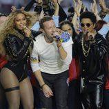 Beyoncé, Chris Martin y Bruno Mars durante su actuación en la Super Bowl 2016