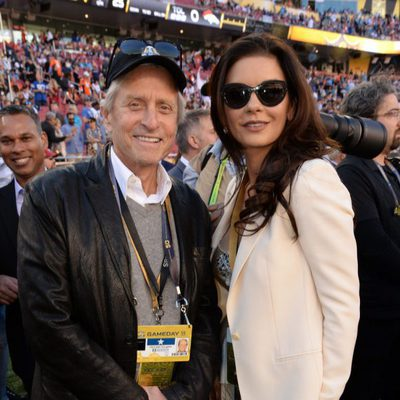 Michael Douglas y Catherine Zeta-Jones en la Super Bowl 2016