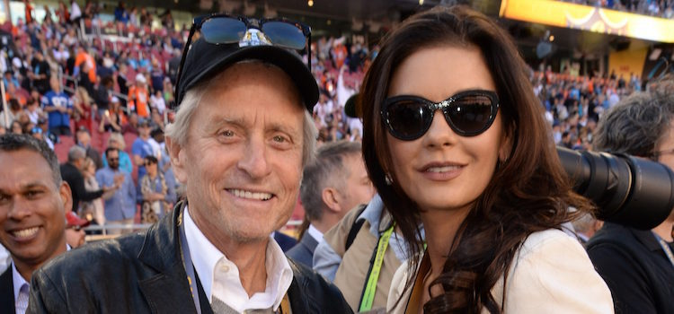Michael Douglas y Catherine Zeta-Jones en la Super Bowl 2016