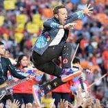 Chris Martin saltando durante su actuación en la Super Bowl 2016