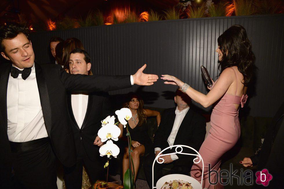 Katy Perry y Orlando Bloom bailando en la fiesta de los Globos de Oro 2016