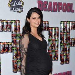 Morena Baccarin presume de avanzadísimo embarazo en el estreno de 'Deadpool'