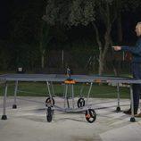 Mario Casas juega al ping pong con Bertín Osborne en 'En la tuya o en la mía'.