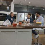 Mario Casas cocina con Bertín y Alejandra Osborne en 'En la tuya o en la mía'