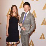 Eddie Redmayne y Hannah Bagshawe en el almuerzo de los nominados a los Premios Oscar 2016