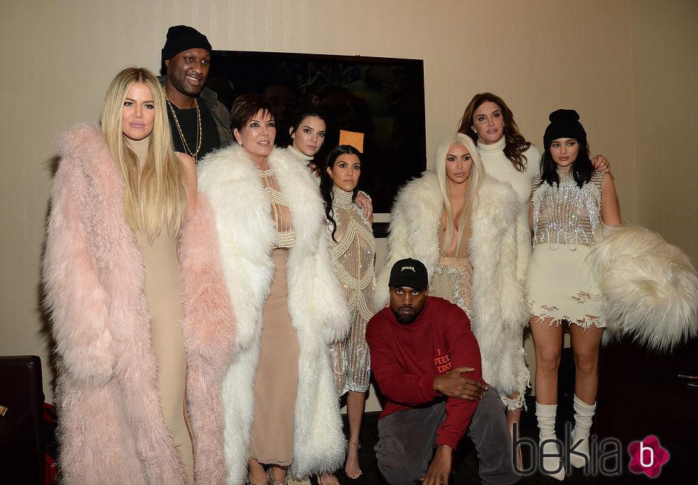 Kim, Khloe y Kourtney Kardashian, Kris, Kylie, Kendall y Caitlyn Jenner, Kanye West y Lamar Odom