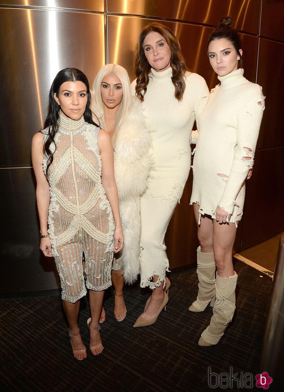 Kourtney y Kim Kardashian con Caitlyn y Kendall Jenner en el desfile de Kanye West 'Yeezy Season 3'