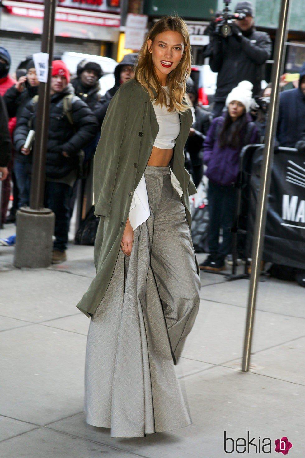 Karlie Kloss a su llegada al desfile de Kanye West 'Yeezy Season 3'