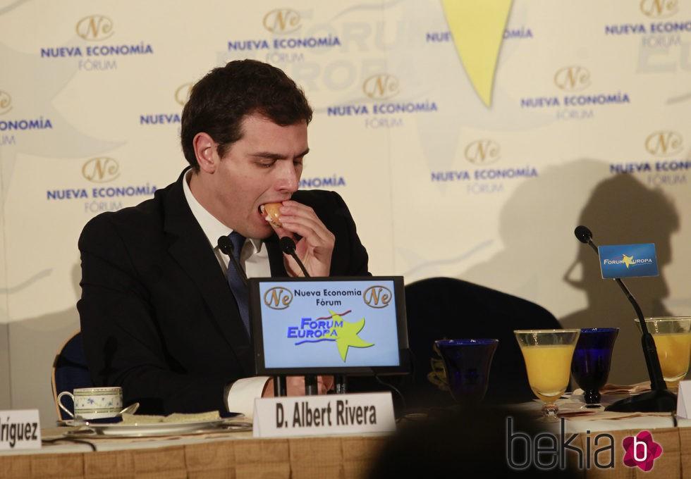 Albert Rivera comiendo un tentempié